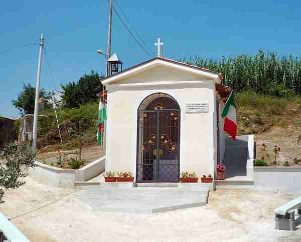 "Chapelle de la Madonne de Canneto à Immoglie ""Margiotta"". La photo a été prise à l'occasion du centenaire de sa construction. (Photo de J Alan Haworth)"